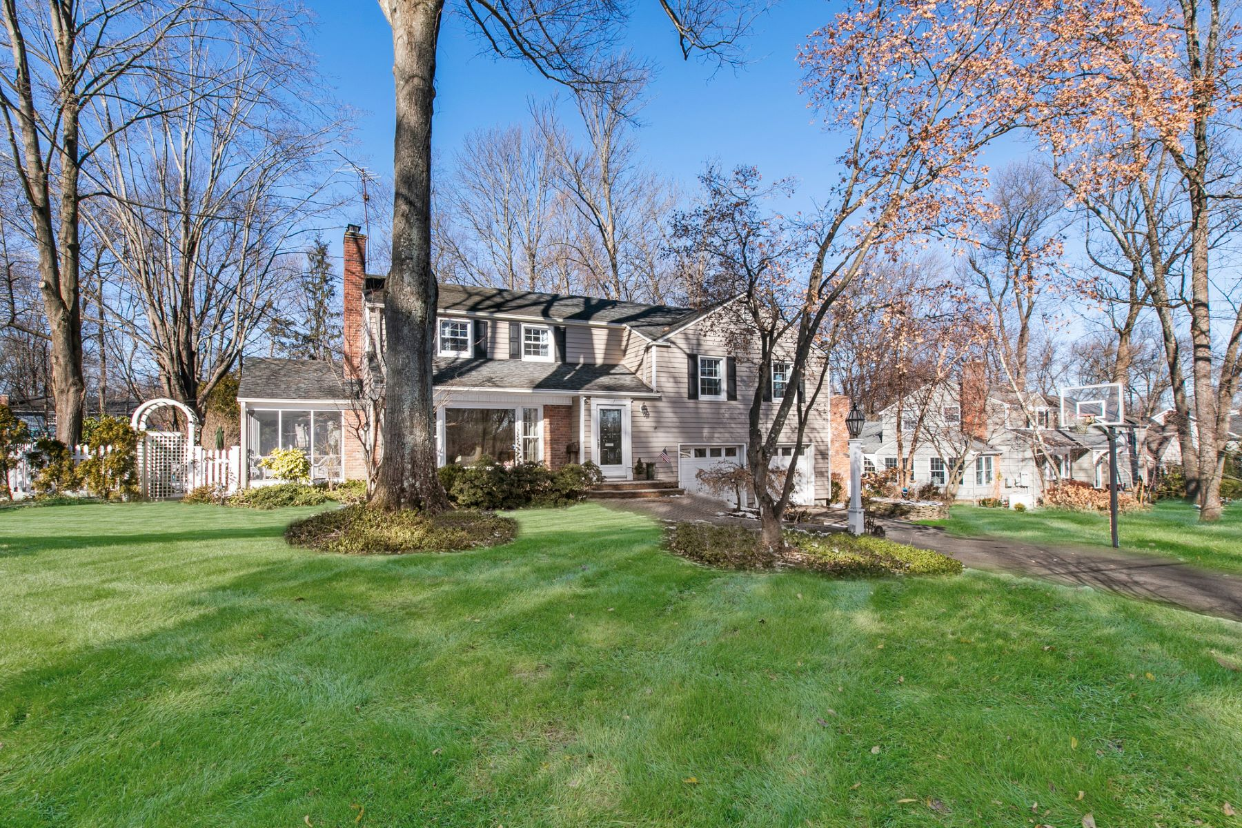 Single Family Homes for Active at Inviting Colonial in the Heart of Chatham! 23 Lenape Trail Chatham, New Jersey 07928 United States