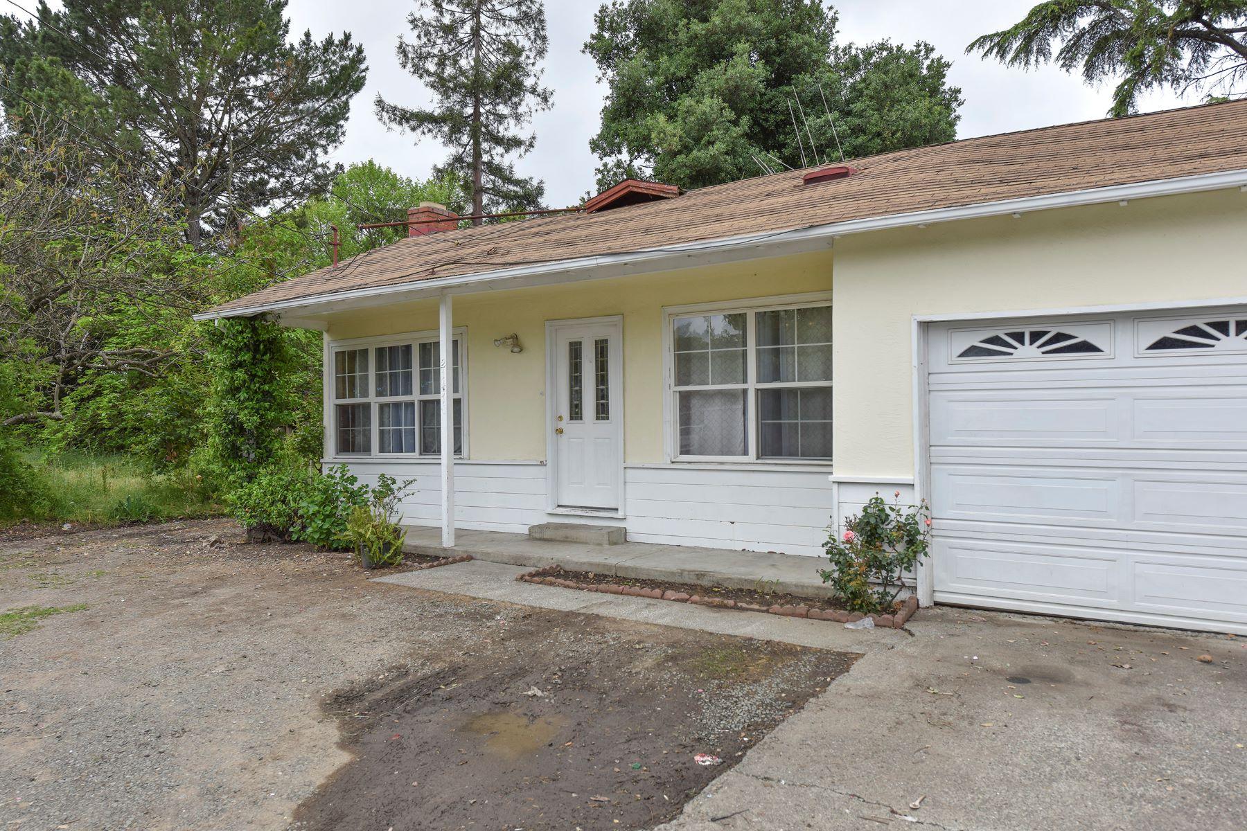 Villa per Vendita alle ore A Charming Three Bedroom Home on a Spacious Lot 2147 Soscol Avenue Napa, California, 94558 Stati Uniti
