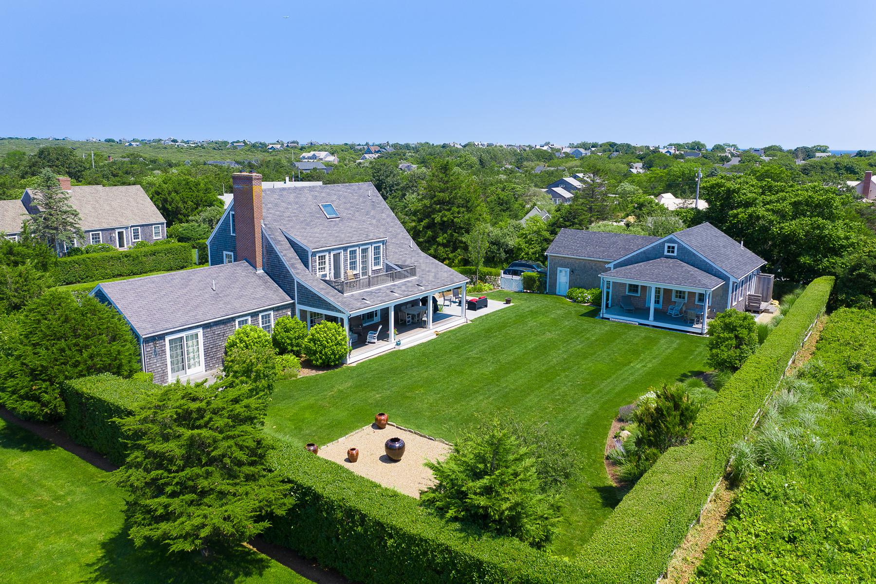 Single Family Homes pour l Vente à Private Haven - Two Home Compound 4 Plainfield Road Siasconset, Massachusetts 02584 États-Unis
