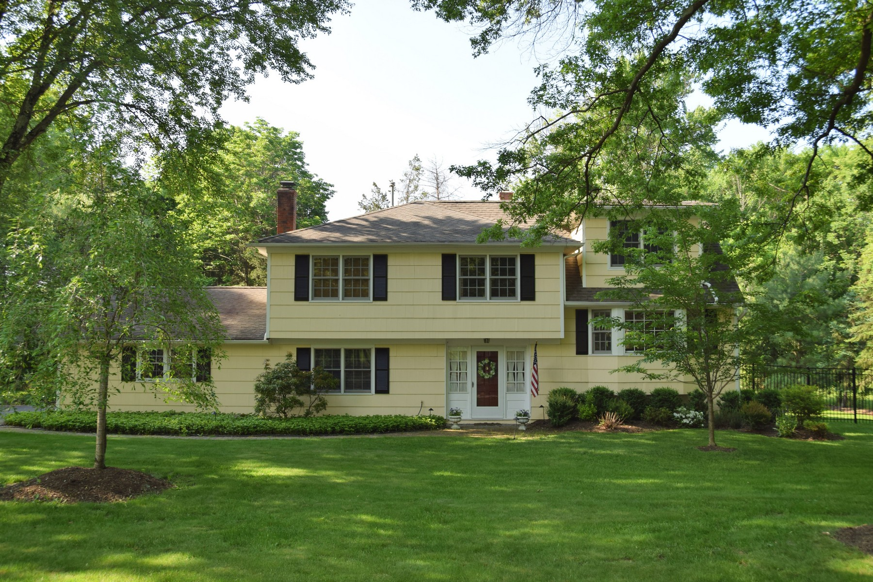 Casa Unifamiliar por un Venta en Beautifully Maintained Home 97 Lyons Place Basking Ridge, Nueva Jersey, 07920 Estados Unidos