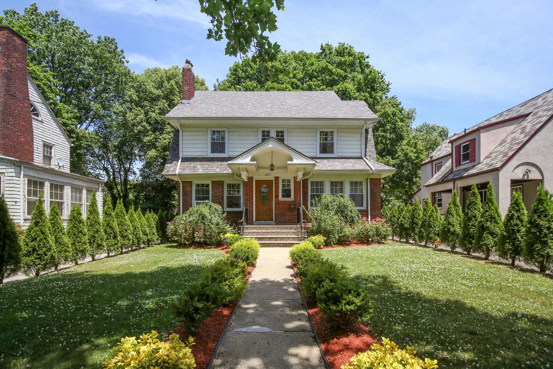 Single Family Homes por un Venta en Warm and Charming Colonial 621-623 Westminster Avenue Elizabeth, Nueva Jersey 07208 Estados Unidos