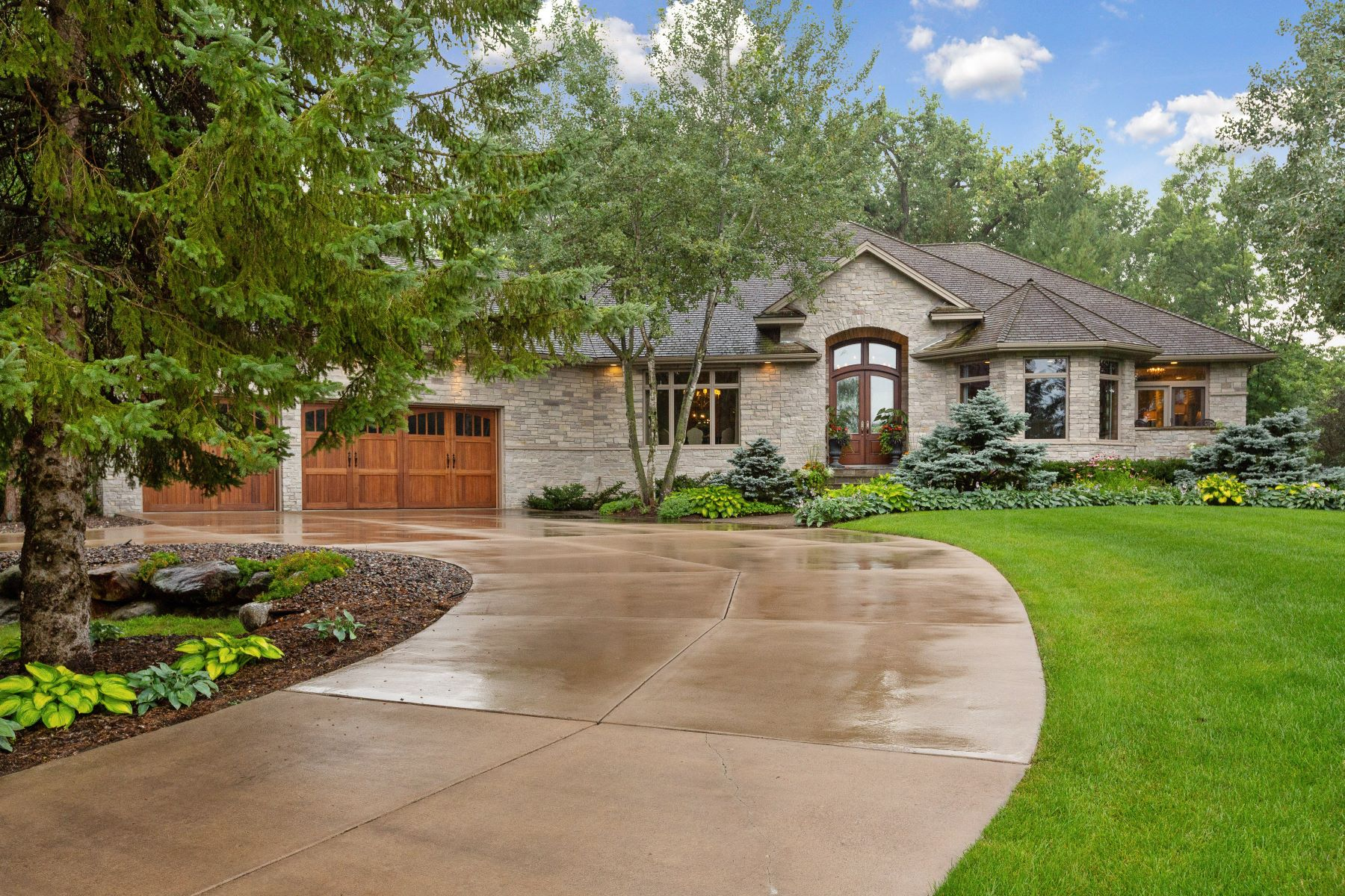 Single Family Homes للـ Sale في Luxury One-Level Living in Coveted Clay Cliffe near Lake Minnetonka 55 Clay Cliffe Dr, Tonka Bay, Minnesota 55331 United States