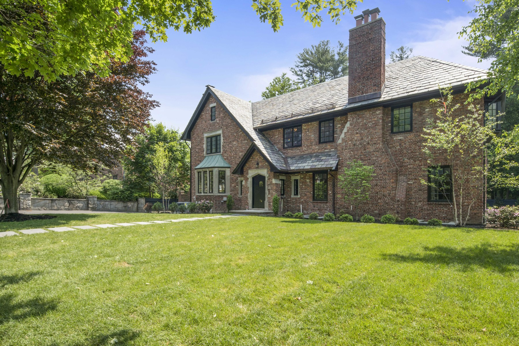 Casa Unifamiliar por un Venta en Combine all the charm & detail of a 1920's Tudor w stylish and modern finishes 52 Hammondswood Road Newton, Massachusetts, 02467 Estados Unidos