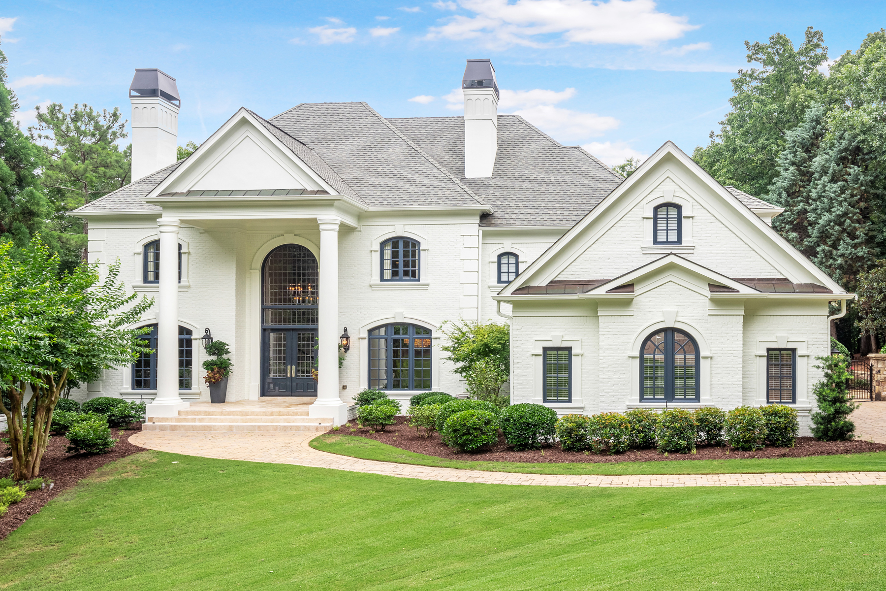Single Family Homes voor Verkoop op Exceptional Better Than New Country Club Of The South Estate 8957 Old Southwick Pass, Johns Creek, Georgië 30022 Verenigde Staten