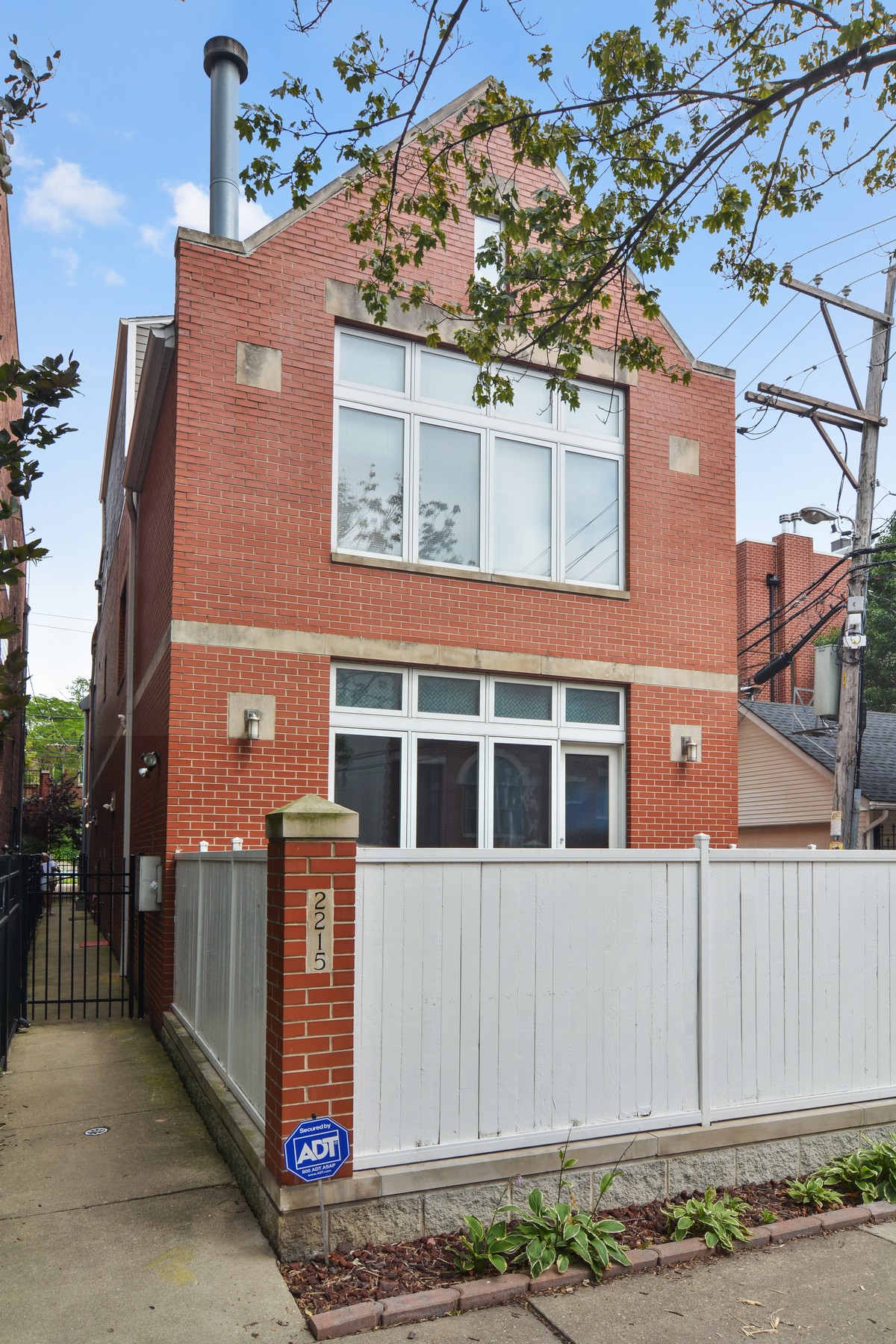 Casa para uma família para Venda às Fabulous Two Bedroom Townhouse 2215 N Wayne Avenue Unit C Chicago, Illinois, 60614 Estados Unidos