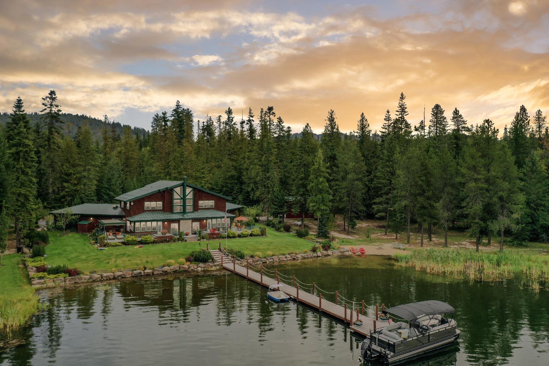 Single Family Homes pour l Vente à Swan Shores Waterfront Retreat 31 Swan Shores Sagle, Idaho 83860 États-Unis