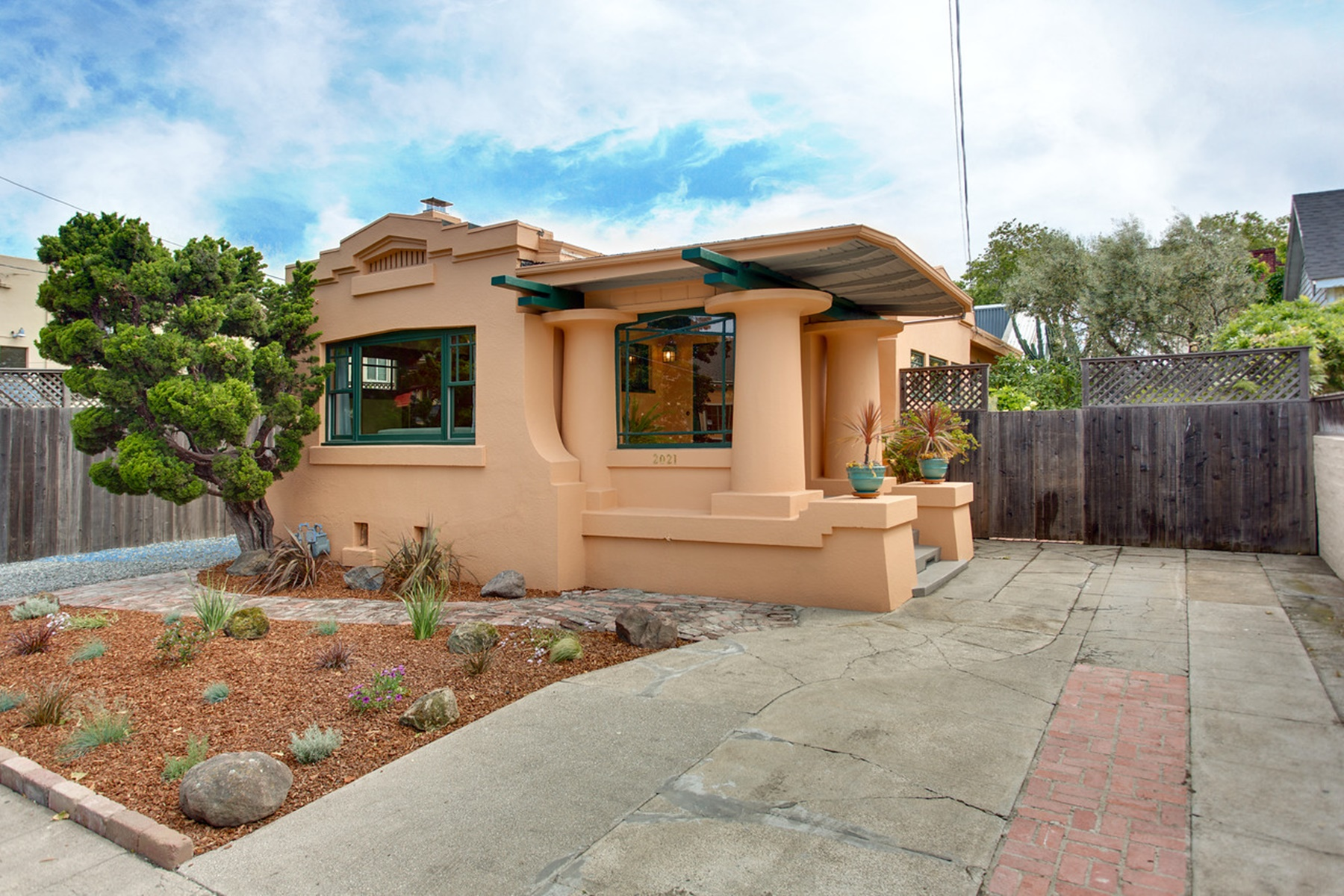 واحد منزل الأسرة للـ Sale في Amazing West Berkeley Bungalow 2021 10th Street Berkeley, California 94710 United States