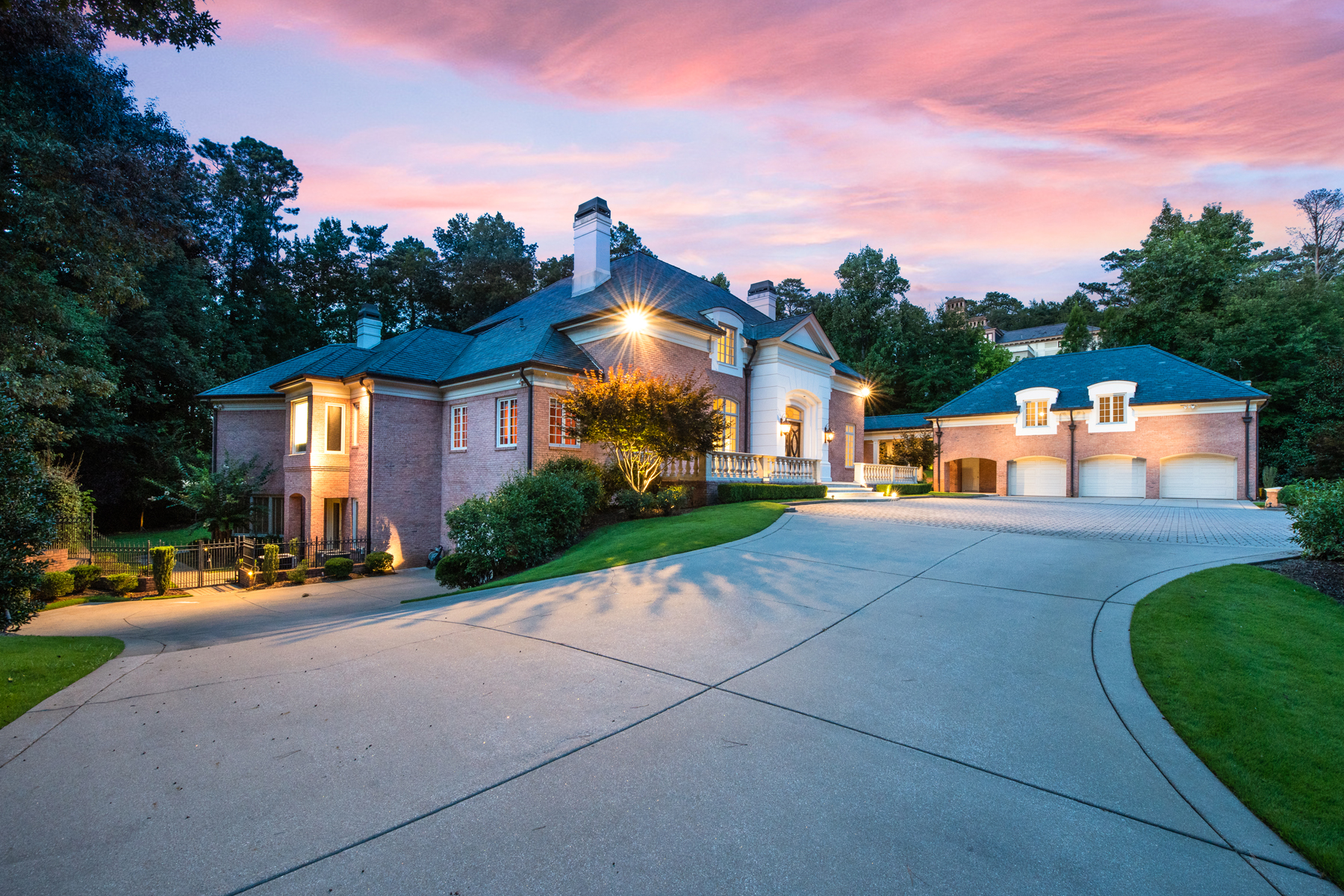 Частный односемейный дом для того Продажа на Sophisticated Elegance 997 Davis Drive Atlanta, Джорджия 30327 Соединенные Штаты