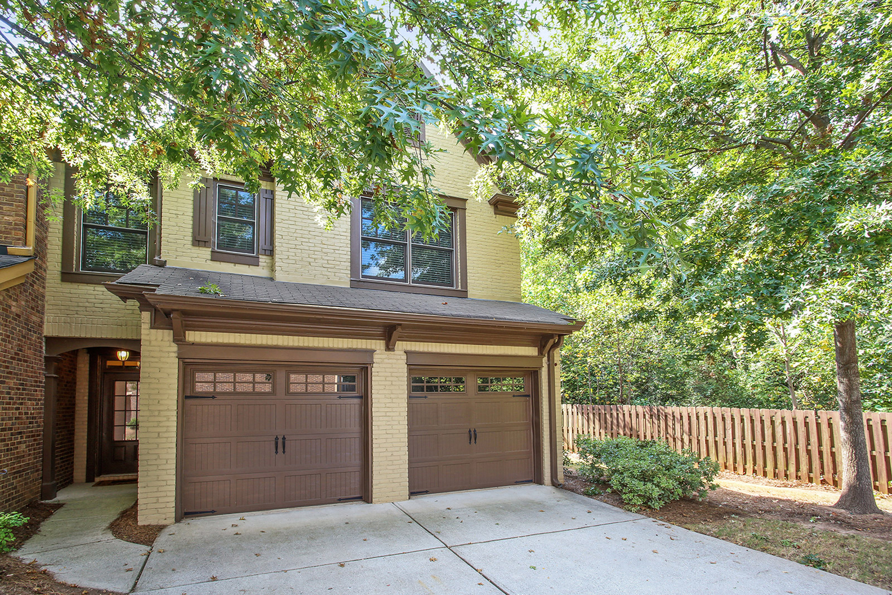 townhouses por un Venta en Beautiful End-Unit Brick Townhome In Gated Community 4942 Berkeley Oak Circle, Peachtree Corners, Georgia 30092 Estados Unidos