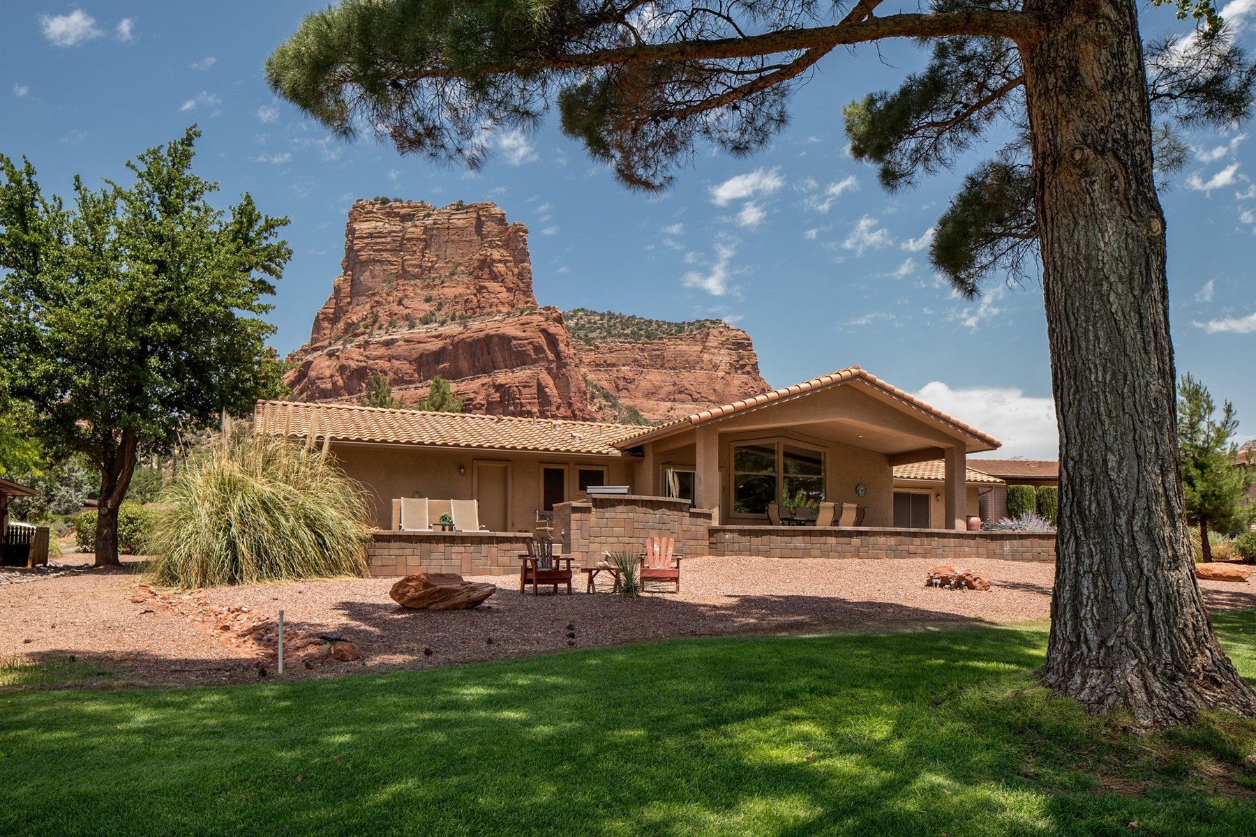Casa Unifamiliar por un Venta en Remodeled home nestled in the majesty of the Sedona Red Rocks 65 Fairway Oaks Drive Sedona, Arizona, 86351 Estados Unidos