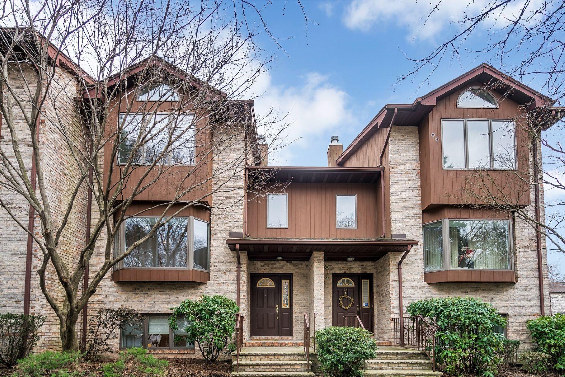 Radhus för Försäljning vid Large Townhouse 11 Westley Lane, New Milford, New Jersey 07646 Förenta staterna