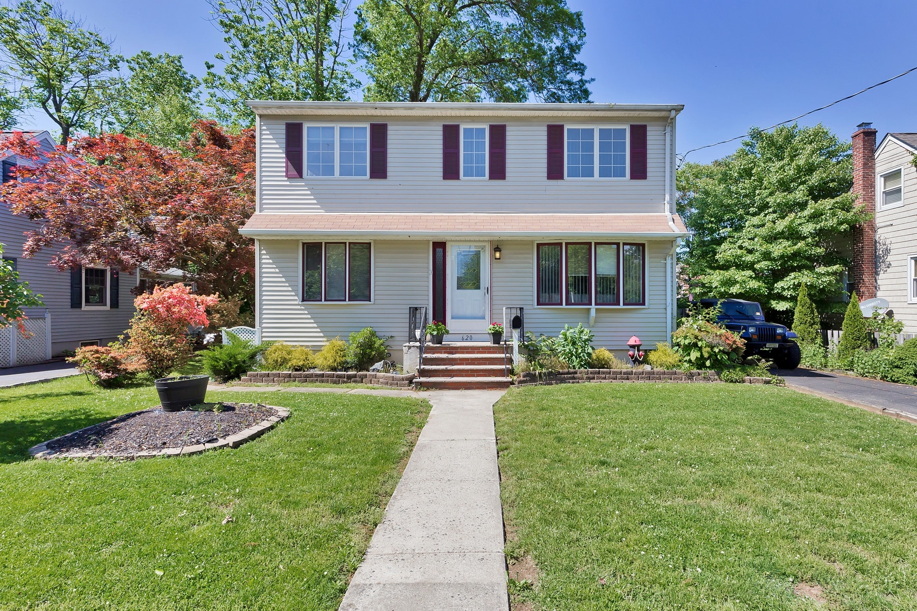 Single Family Homes para Venda às Close to Everything! 620 Myrtle Ave, Garwood, Nova Jersey 07027 Estados Unidos