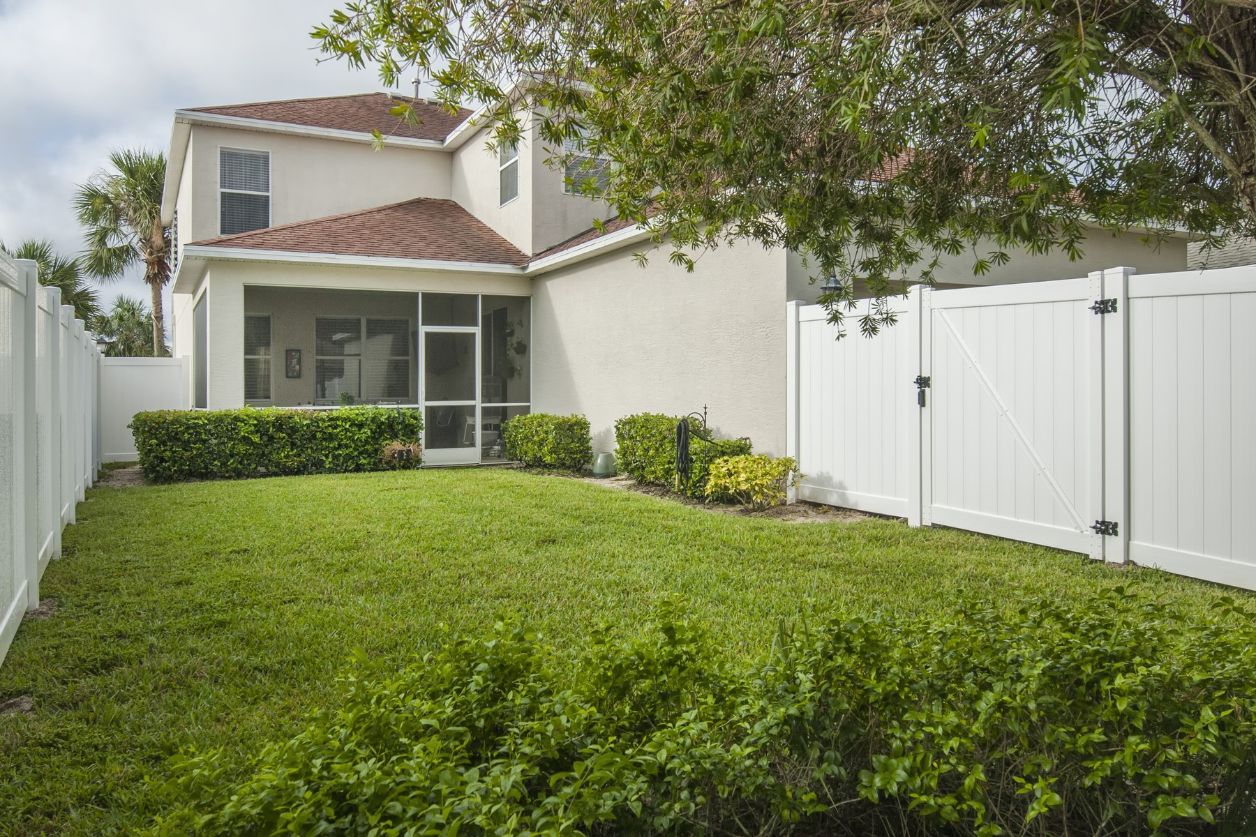 Additional photo for property listing at Beautifully Remodeled Home in Pointe West 7840 15th Street Vero Beach, Florida 32966 United States