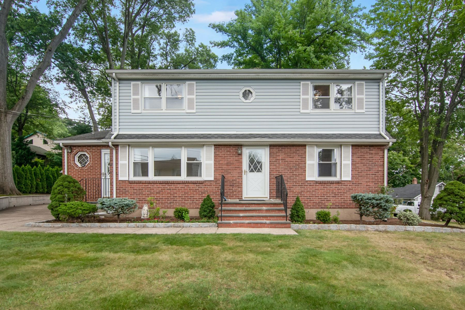 Single Family Homes 為 出售 在 Expanded Colonial Cape 27 Poplar St, Cresskill, 新澤西州 07626 美國