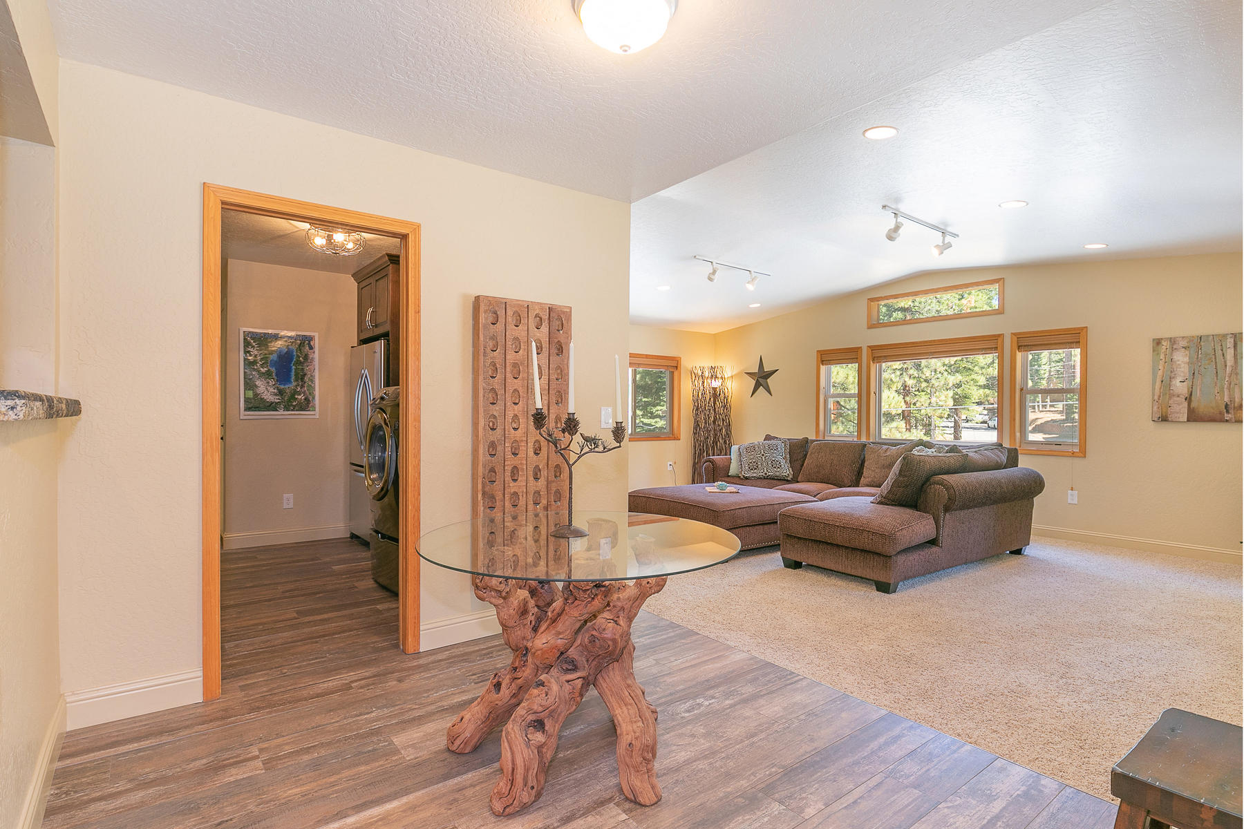 Additional photo for property listing at Beautifully Remodeled Montgomery Estates Home 3127 Jacarillo Trail South Lake Tahoe, California 96150 Estados Unidos