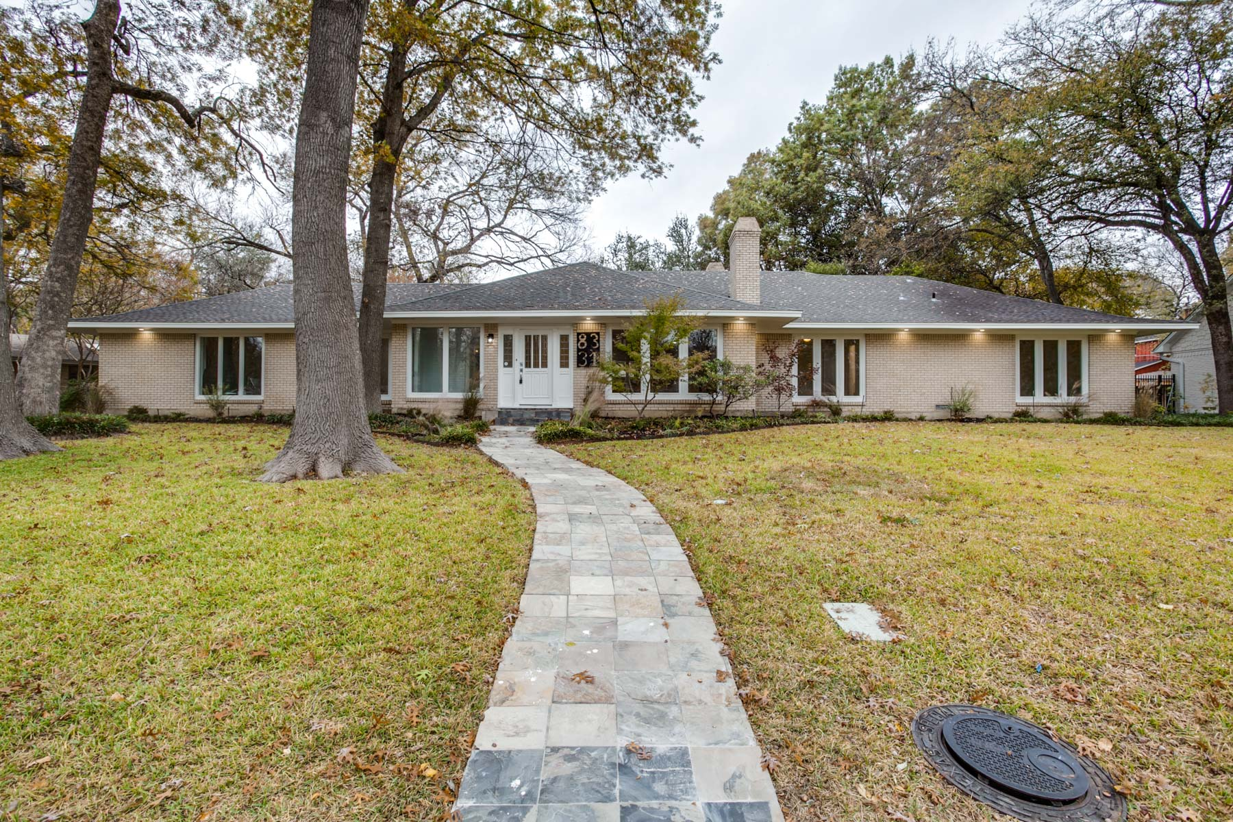 Casa Unifamiliar por un Venta en Stunning Forest Hill Remodel 8331 San Crostobal, Dallas, Texas, 75229 Estados Unidos