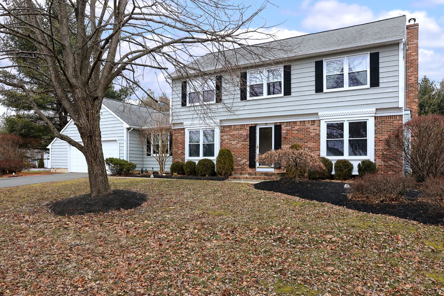 Single Family Homes para Venda às Dutch Neck Colonial Is the Definition of Home 16 Greenfield Drive South, Princeton Junction, Nova Jersey 08850 Estados Unidos