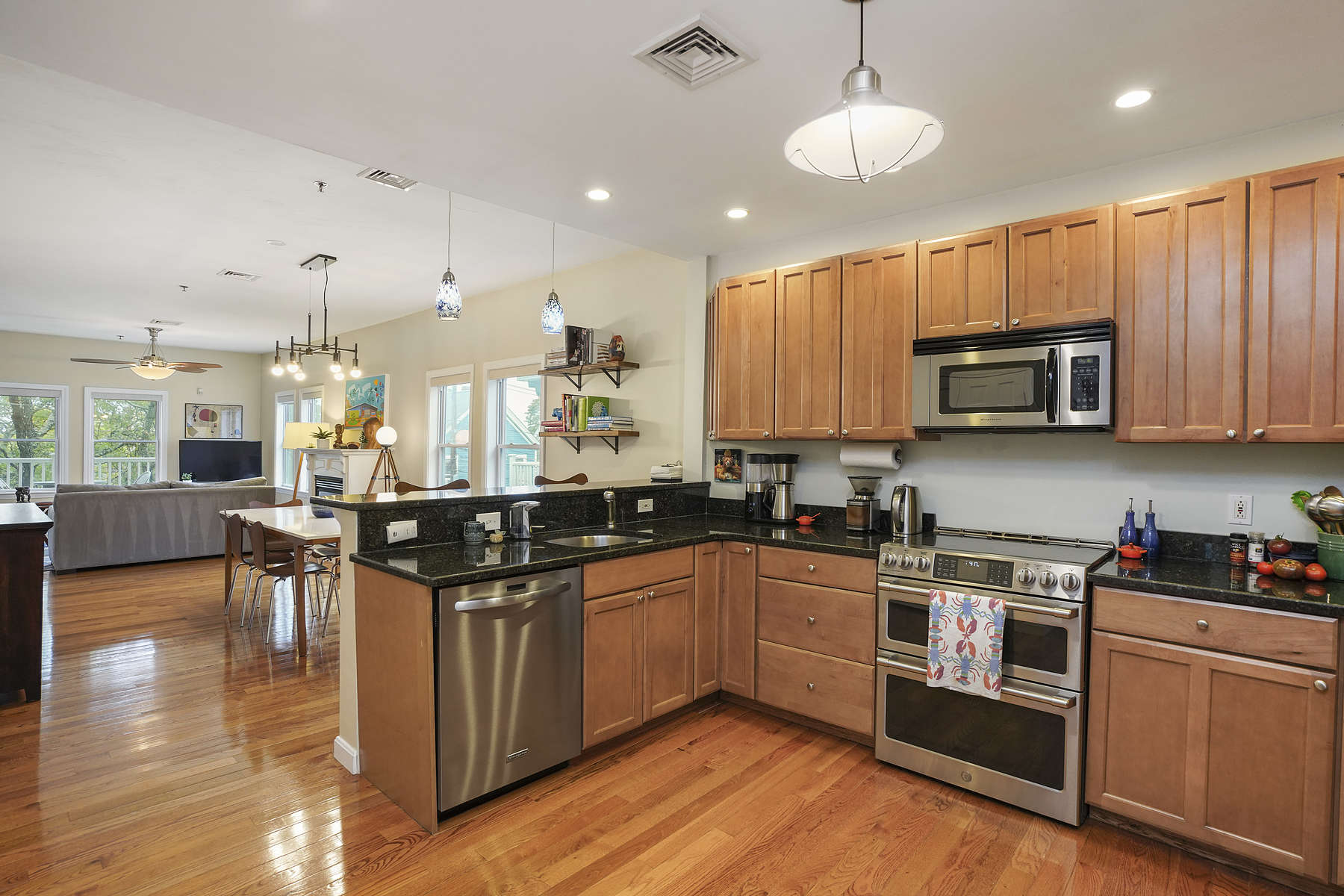 Condominiums 为 销售 在 34 Madison Street, Unit 2 34 Madison St 2 Somerville, 马萨诸塞州 02143 美国