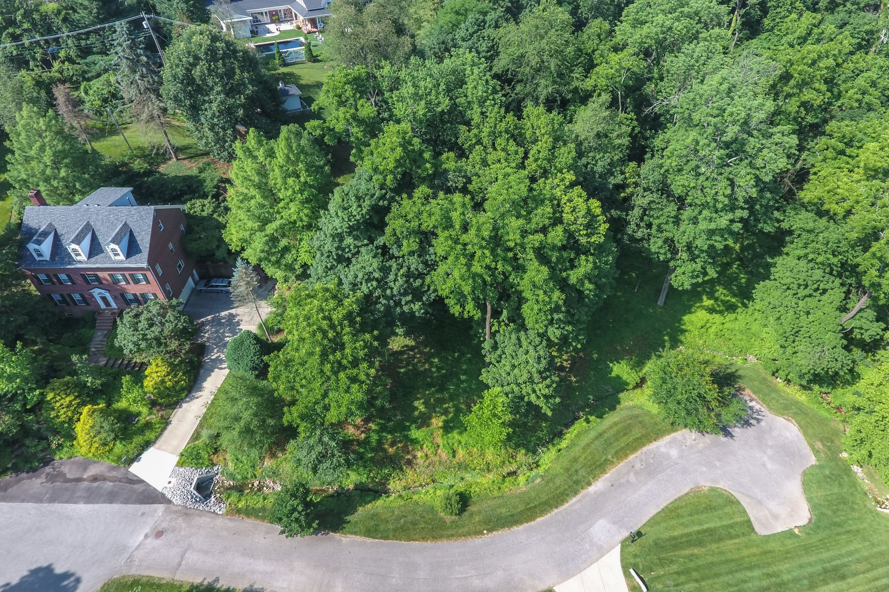 Additional photo for property listing at 530 Country Lane 530 Country Lane Louisville, Kentucky 40207 United States