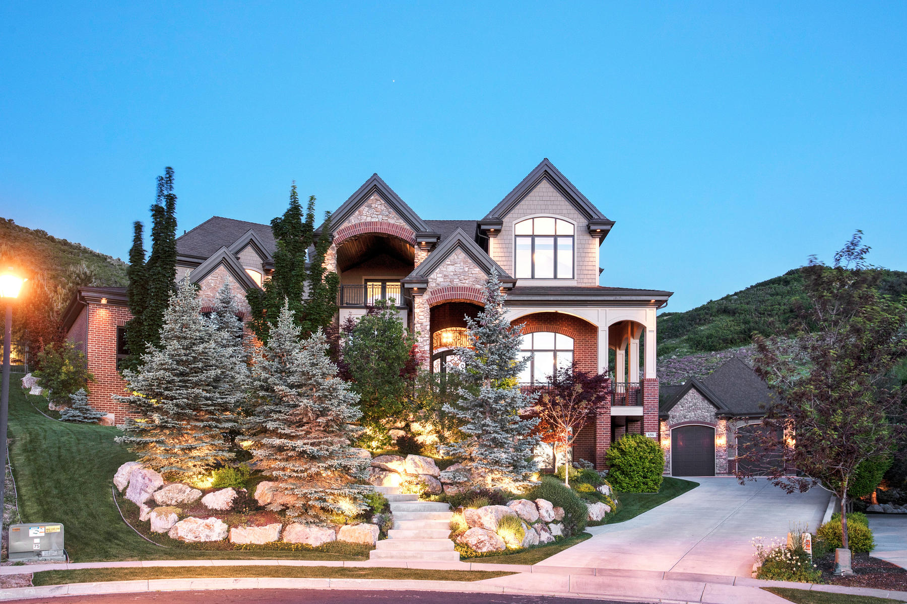 Single Family Homes vì Bán tại Refined Mountain Estate 686 Country Ct, North Salt Lake, Utah 84054 Hoa Kỳ