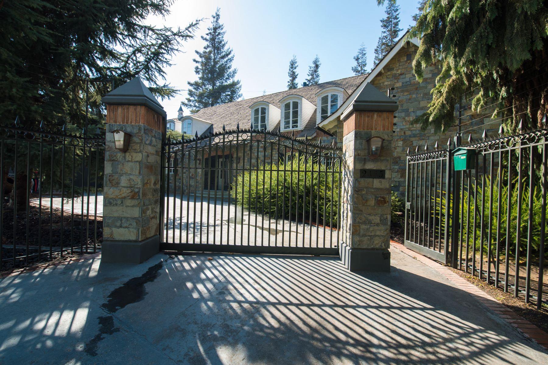 Casa Unifamiliar por un Venta en Elegante y Única, estilo Tudor en Las Pataguas de La Dehesa Santiago, Region Metropolitana De Santiago, Chile