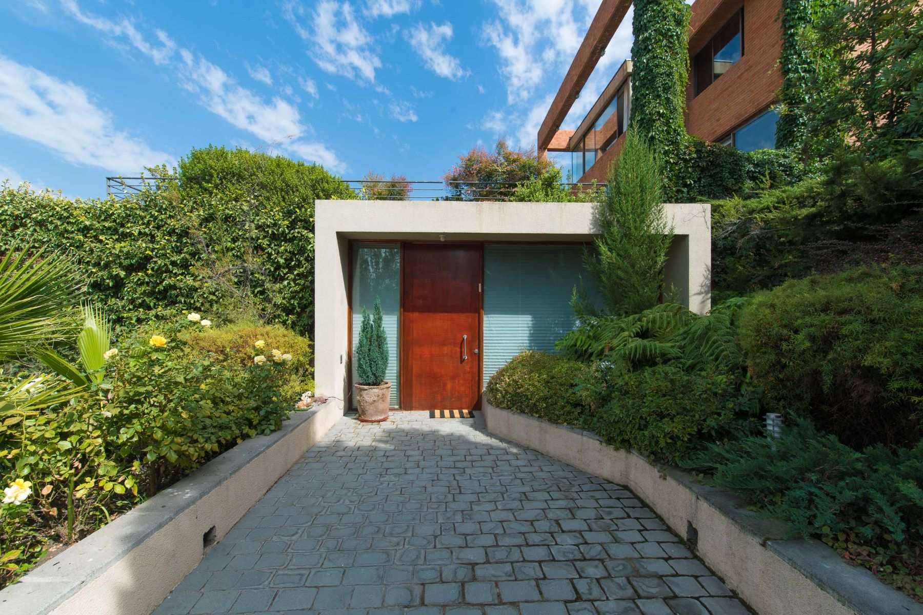 Casa Unifamiliar por un Venta en Excelente y Moderna Arquitectura en La Dehesa Lo Barnechea, Santiago, Region Metropolitana De Santiago Chile