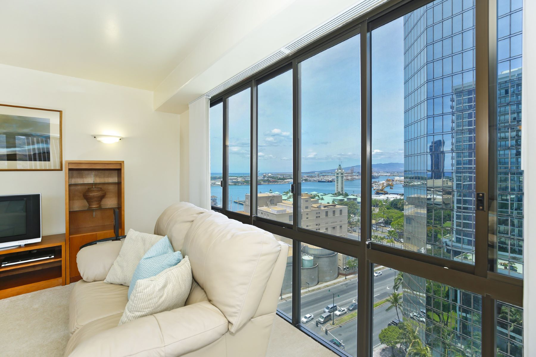 Additional photo for property listing at Aloha Tower Views 700 Richards Street #1704 Honolulu, Hawaii 96813 United States