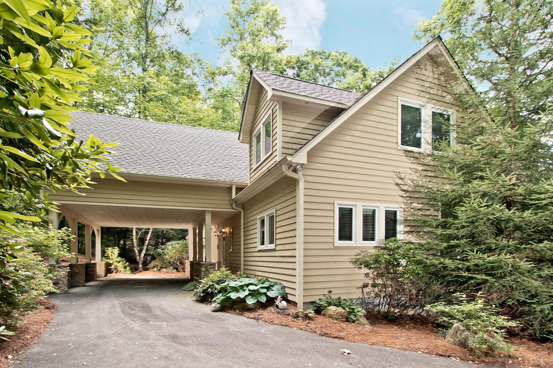 Single Family Home for Sale at 636 Lost Trail Highlands, North Carolina, 28741 United States
