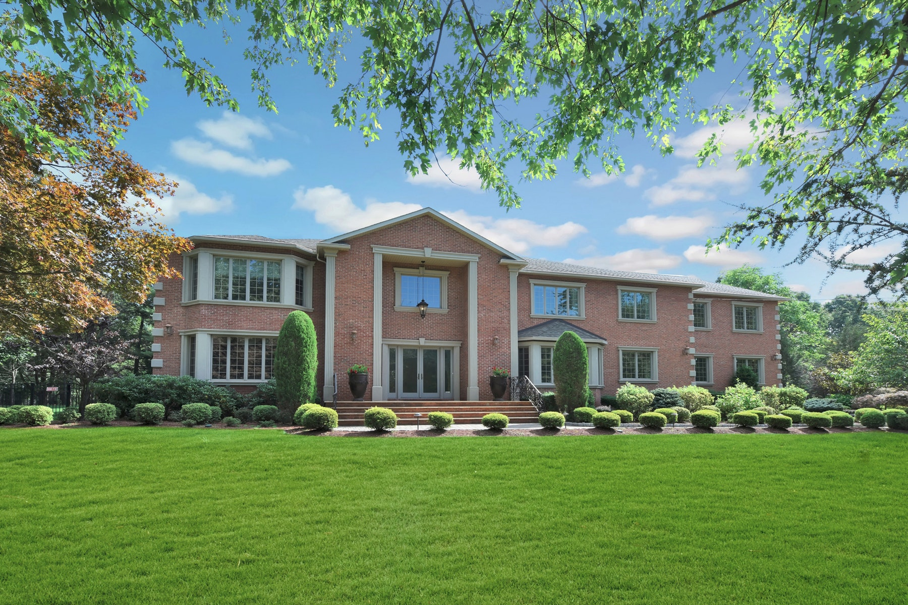 Single Family Homes för Försäljning vid 916 Maria Court Redefines Magnificence 916 Marie Court, Franklin Lakes, New Jersey 07417 Förenta staterna