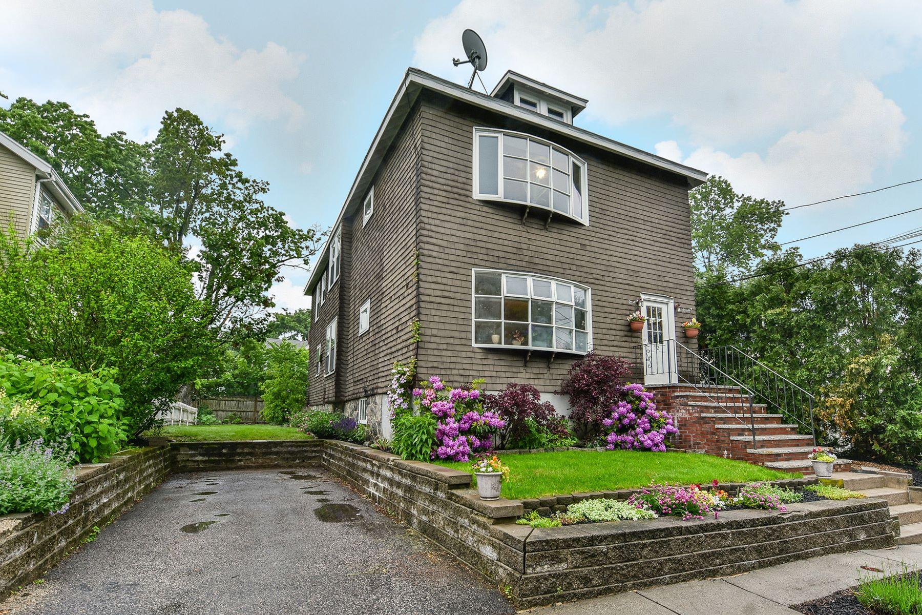 Casa Multifamiliar por un Venta en 72 Garnet Rd, Boston West Roxbury, Boston, Massachusetts, 02132 Estados Unidos