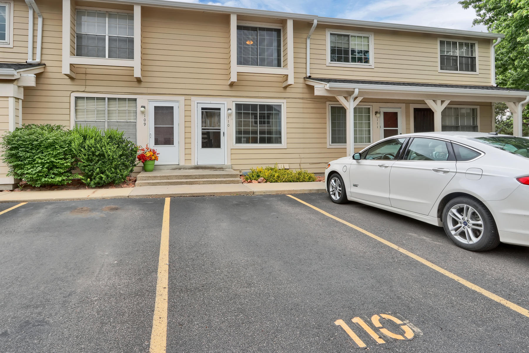 townhouses για την Πώληση στο This open, sunny townhouse is steps away from gorgeous Standley Lake 8911 Field St #110, Westminster, Κολοραντο 80021 Ηνωμένες Πολιτείες