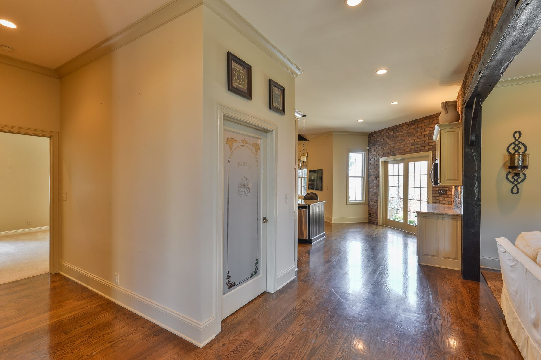 Additional photo for property listing at 2714 Alia Circle  Louisville, Kentucky 40222 United States
