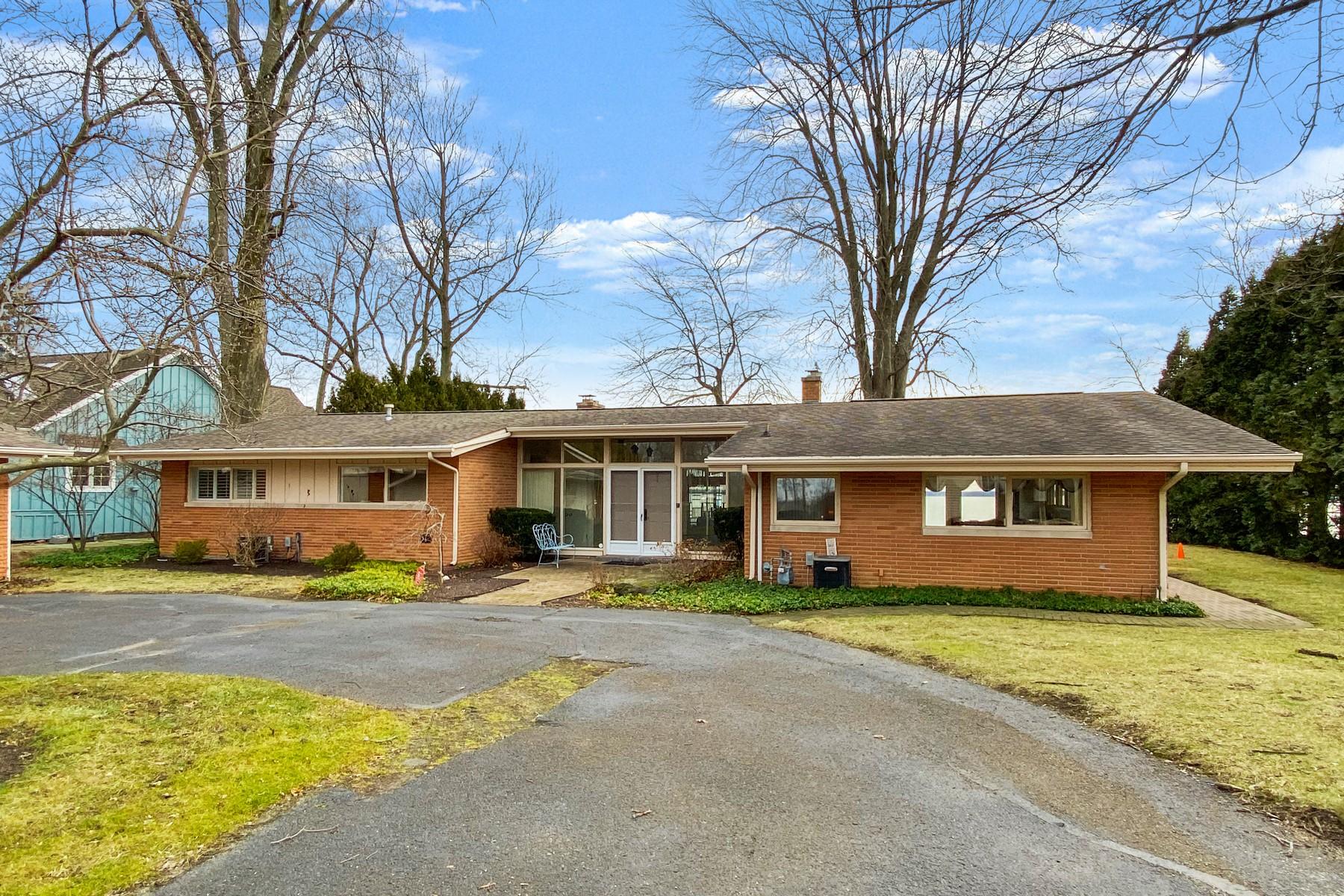 Single Family Homes por un Venta en 110' of Frontage on Wawasee 6167 E Pickwick Park Drive Syracuse, Indiana 46567 Estados Unidos