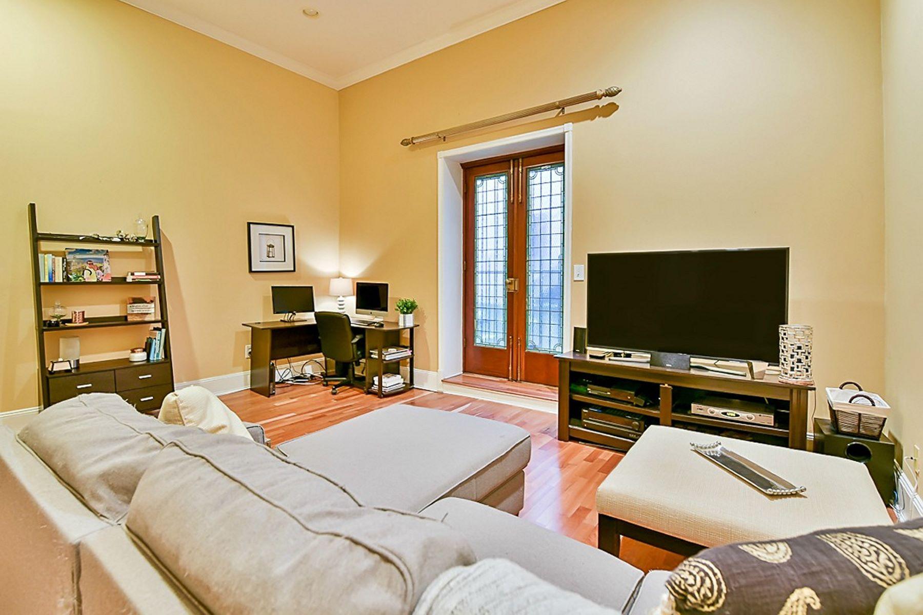 共管式独立产权公寓 为 销售 在 Fabulous One Bedroom in One of Hoboken's true Landmark 820 Hudson Street #C-2 霍博肯, 新泽西州, 07030 美国