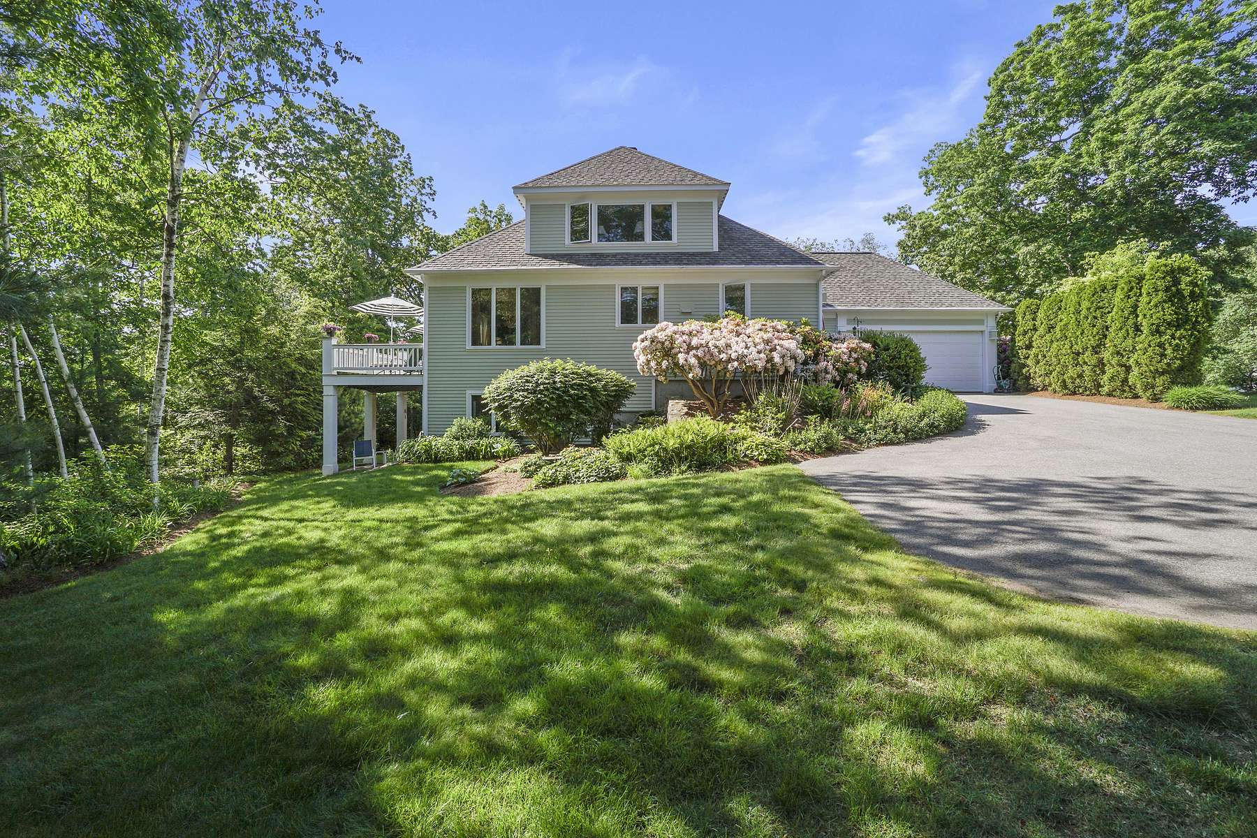 Single Family Homes por un Venta en Lovely Corner Lot Sun-Filled Home With First Floor Master Suite 4 Court Lane Ipswich, Massachusetts 01938 Estados Unidos