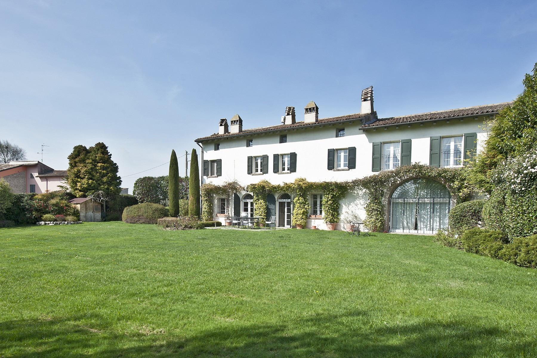 Maison unifamiliale pour l Vente à Beautiful farmhouse with private garden immeresed in the countryside Volta Mantovana Mantova, Mantua 46049 Italie