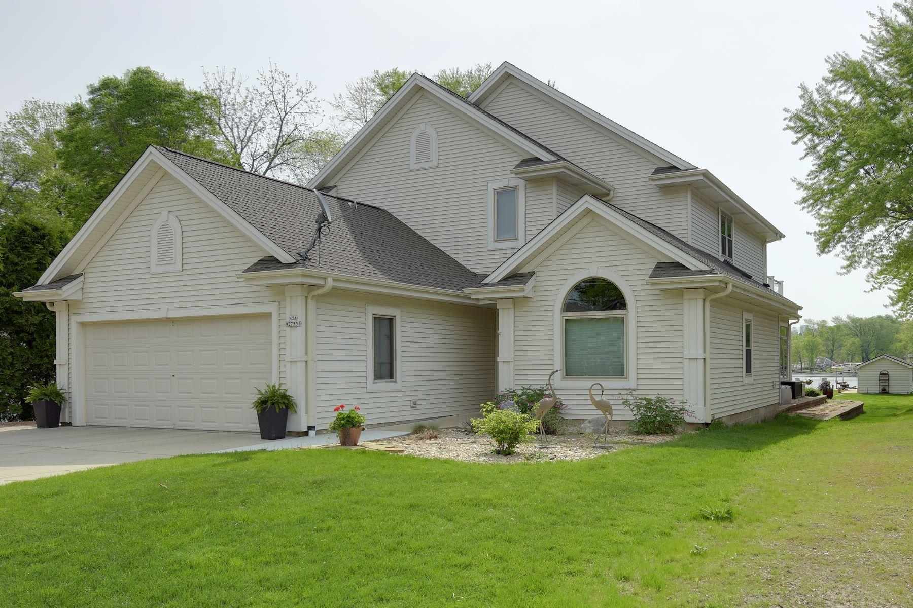 Maison unifamiliale pour l Vente à Pristine Pewaukee Lake Home N28W27553 Peninsula Drive Pewaukee, Wisconsin, 53072 États-Unis