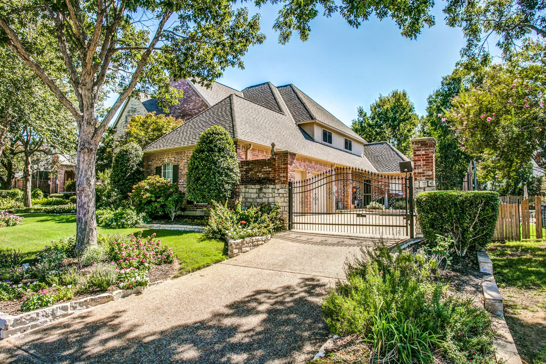 Single Family Homes for Sale at Beautiful Custom Built Home in Prestigious Ashmore Estates 2901 Edgewood Lane Colleyville, Texas 76034 United States