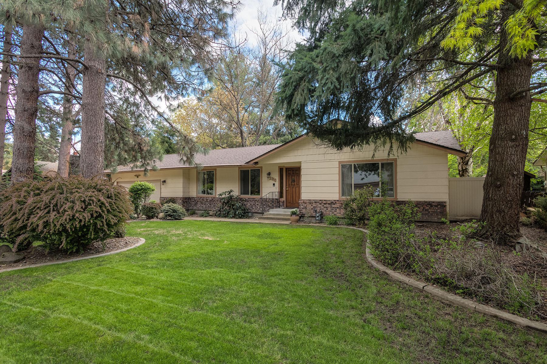 Single Family Home for Sale at Beautiful Fernan Area Home on .32 acres. 2910 E Fernan Ct Coeur D Alene, Idaho, 83814 United States