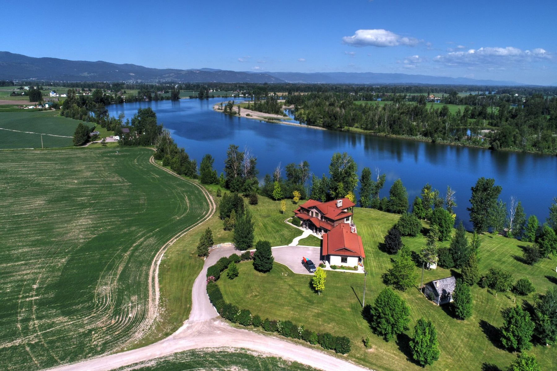Single Family Homes per Vendita alle ore Custom Home on Flathead River 2239 Lower Valley Road, Kalispell, Montana 59901 Stati Uniti