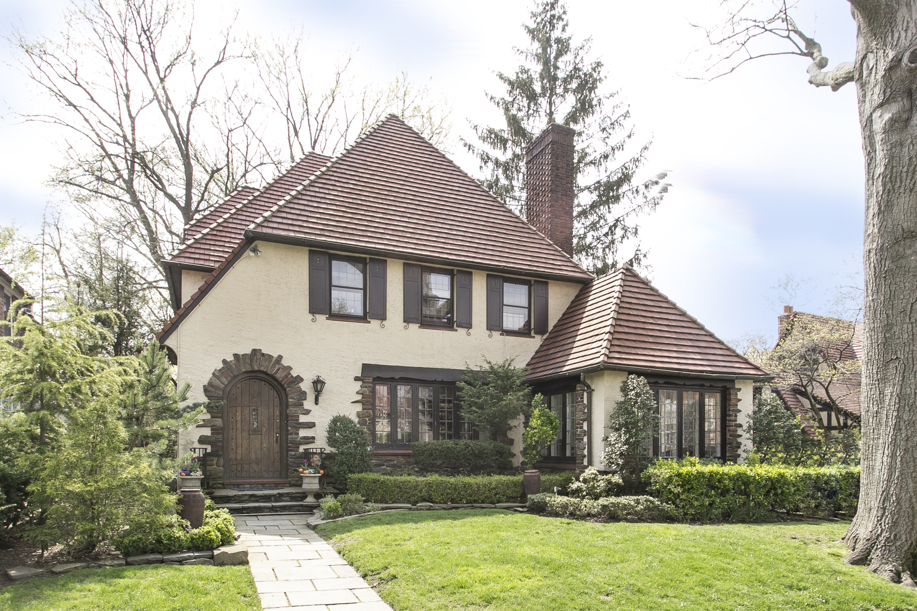 "独户住宅 为 出租 在 ""FOREST HILLS GARDENS CLASSIC TUDOR"" 209 Greenway South, Forest Hills Gardens, 森林山, 11375 美国"