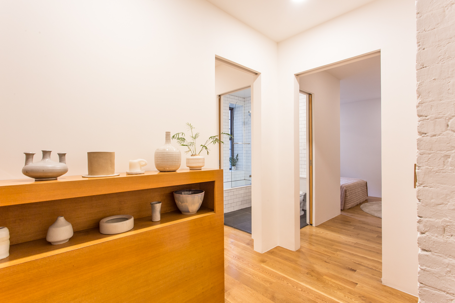 "Additional photo for property listing at ""DESIGNER DECORATED TWO BEDROOM"" 6 Burns Street, #G1, Forest Hills Gardens,, Queens, New York 11375 Förenta staterna"