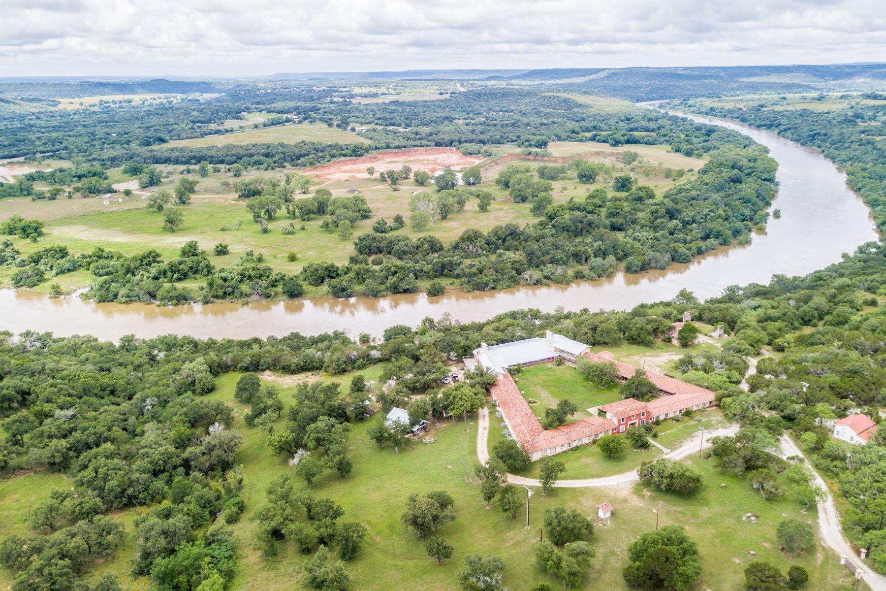 Granjas / Hacienda / Platanción por un Venta en Four Rivers Lodge 133 Seybold Road, Mineral Wells, Texas 76067 Estados Unidos