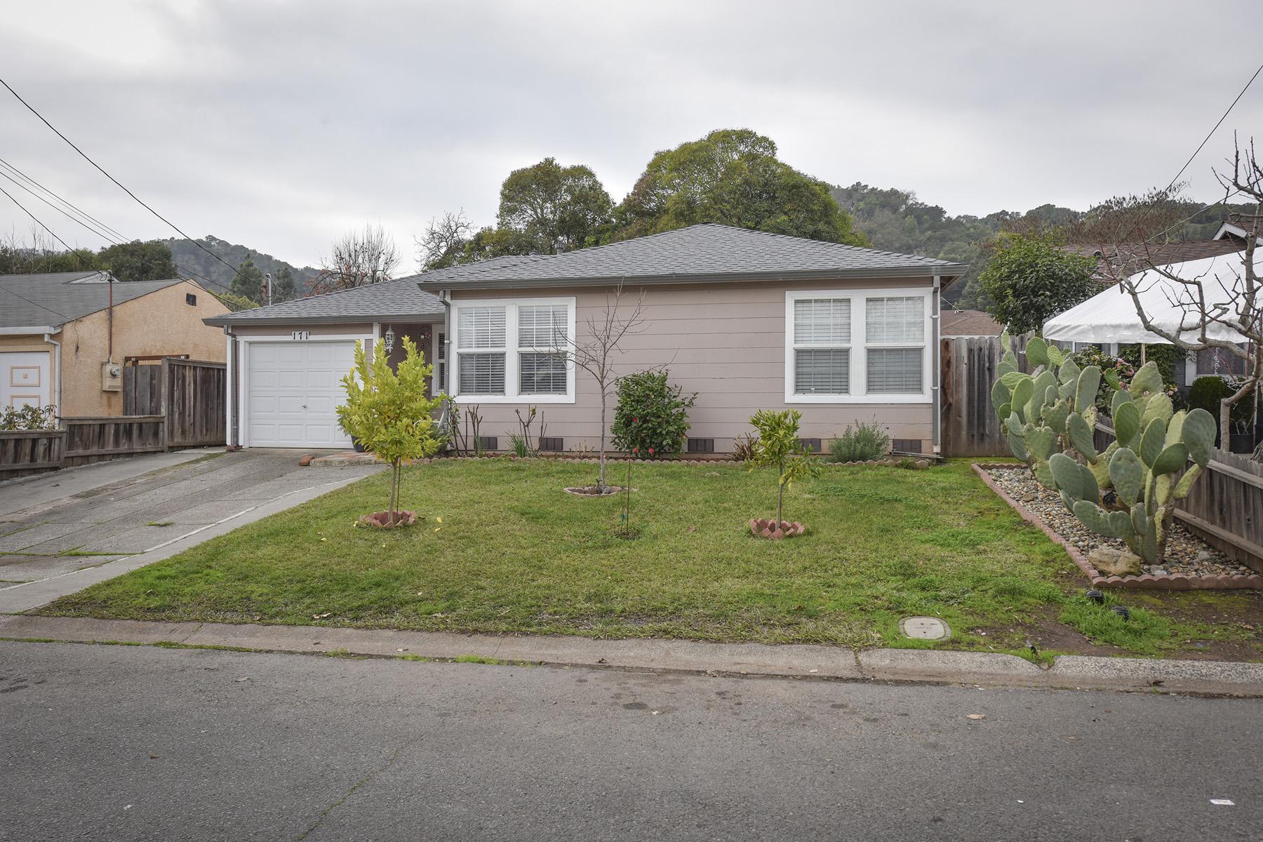 Частный односемейный дом для того Продажа на An Intriguing Three Bedroom Bungalow 171 Homewood Avenue Napa, Калифорния 94558 Соединенные Штаты