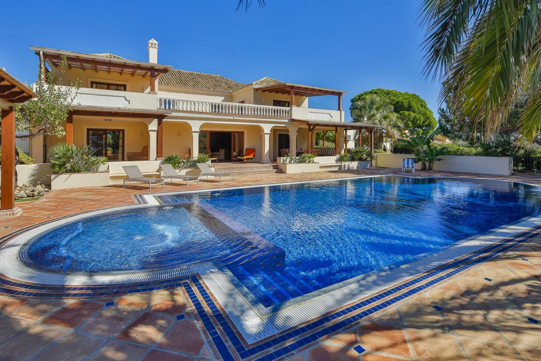 Maison unifamiliale pour l Vente à Large villa walking distance to the beach Marbella, Andalousie, Espagne