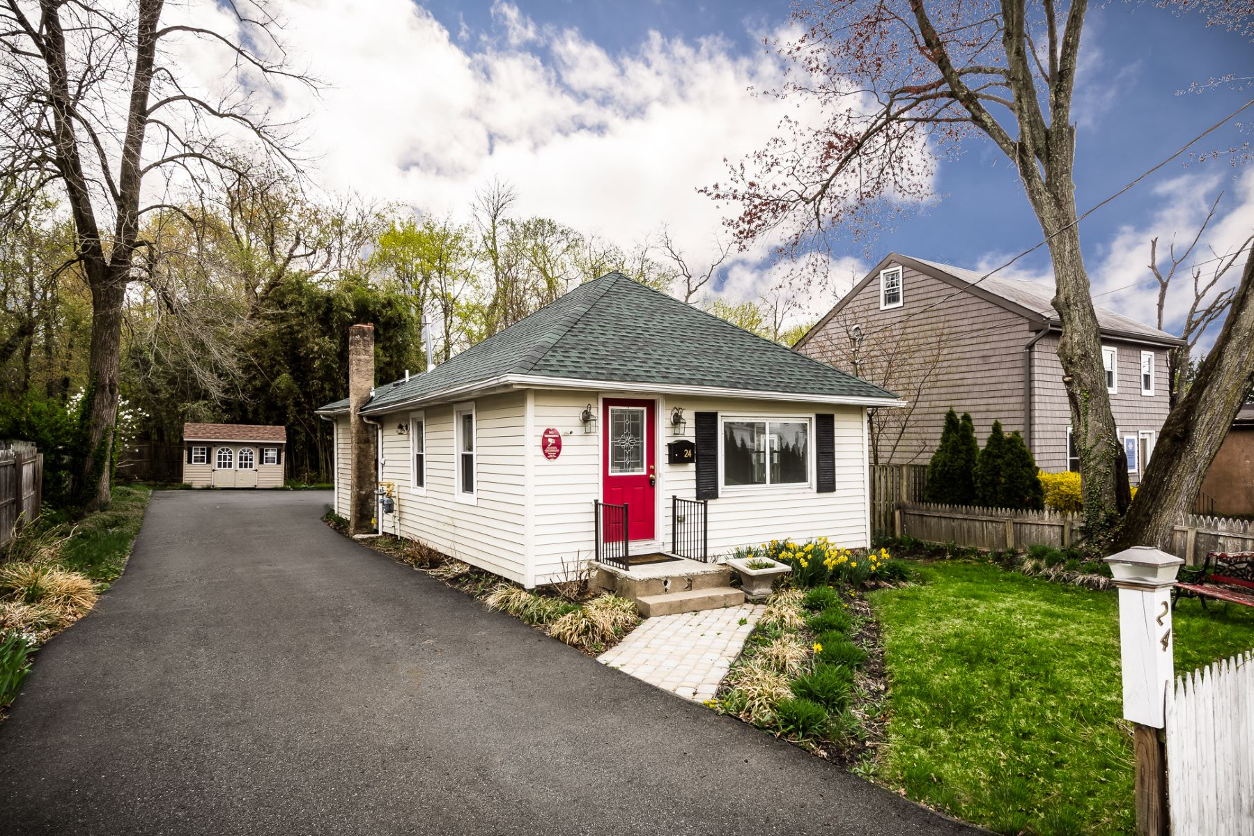Maison unifamiliale pour l Vente à Doors Away from All that the Hamlet of Lawrenceville Has to Offer 24 Gordon Avenue, Lawrenceville, New Jersey 08648 États-UnisDans/Autour: Lawrence Township