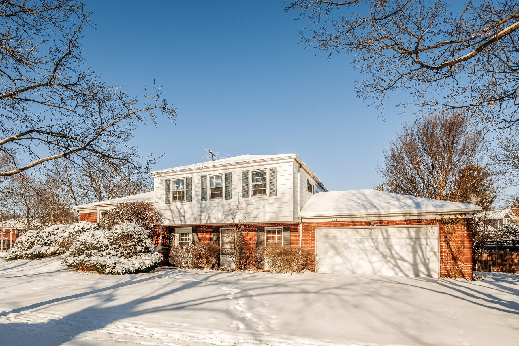 Casa Unifamiliar por un Venta en Specious Wilmette Split Level Home 2208 Crestview Lane, Wilmette, Illinois, 60091 Estados Unidos