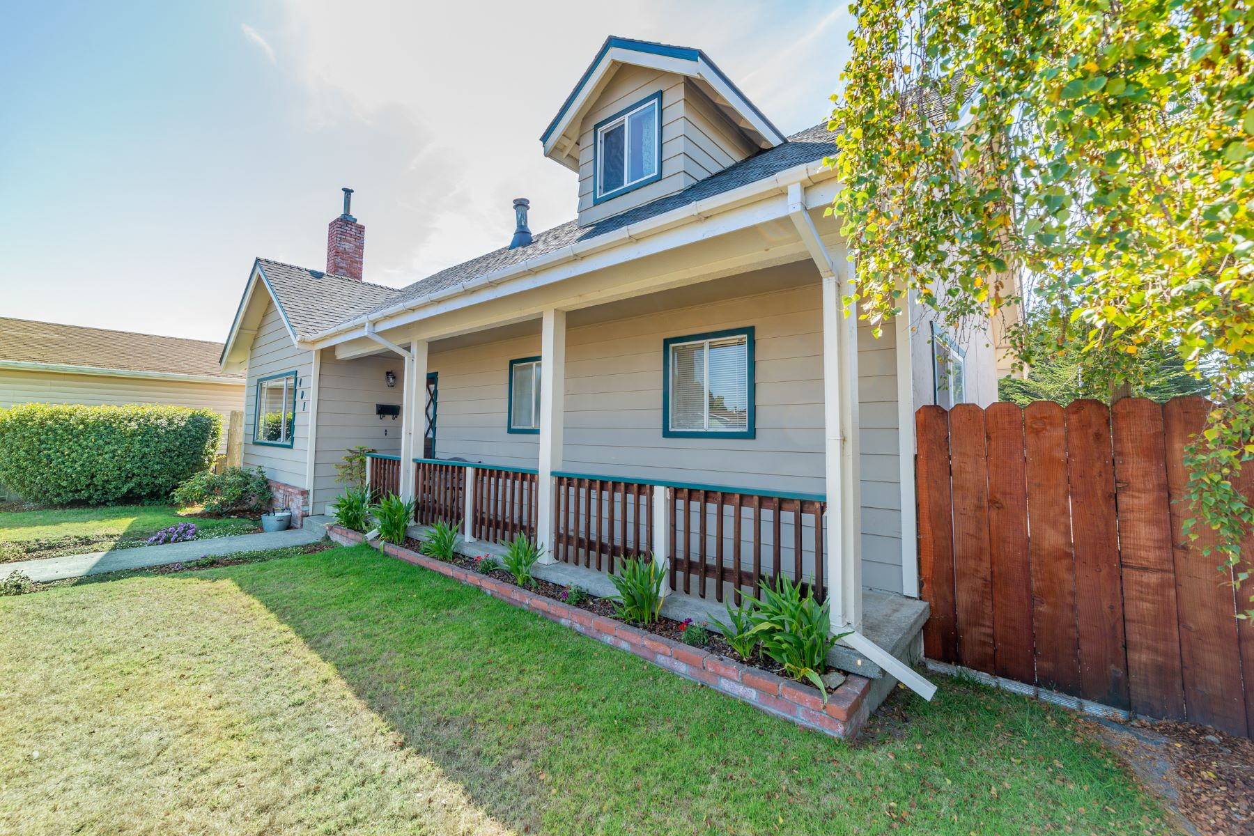 Additional photo for property listing at Stylish City Home 401 Wall Street Fort Bragg, California 95437 United States