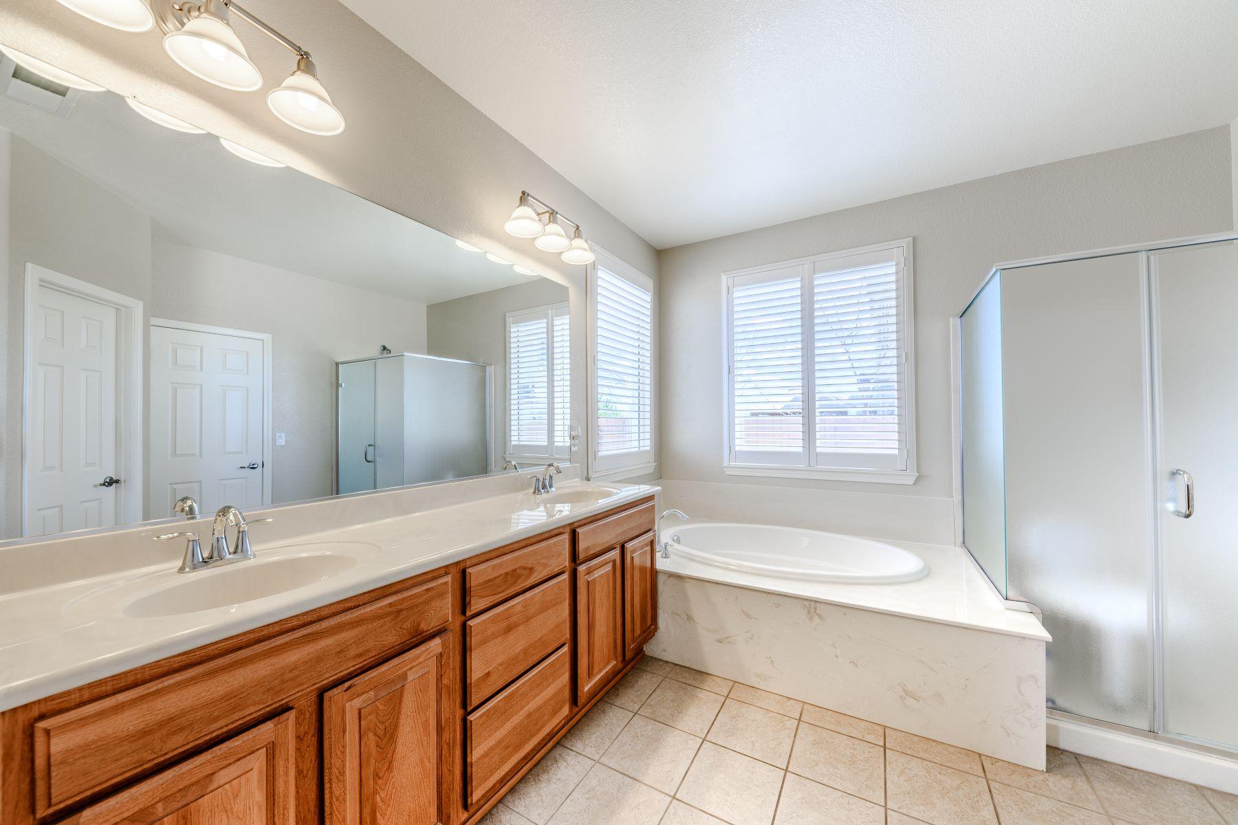 Additional photo for property listing at 1360 Sticklebract Drive, Sparks, Nevada 1360 Sticklebract Drive Sparks, Nevada 89441 Estados Unidos