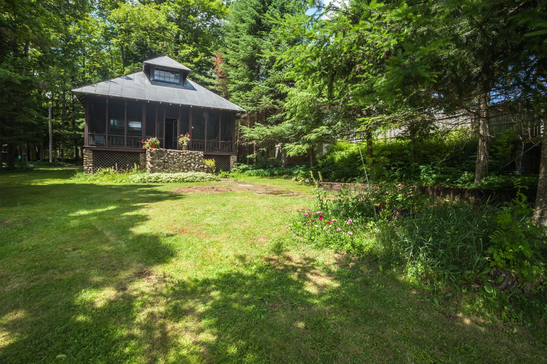 Maison unifamiliale pour l Vente à Big Moose Waterfront Cottage 138 Glenmore Road Big Moose, New York 13331 États-Unis
